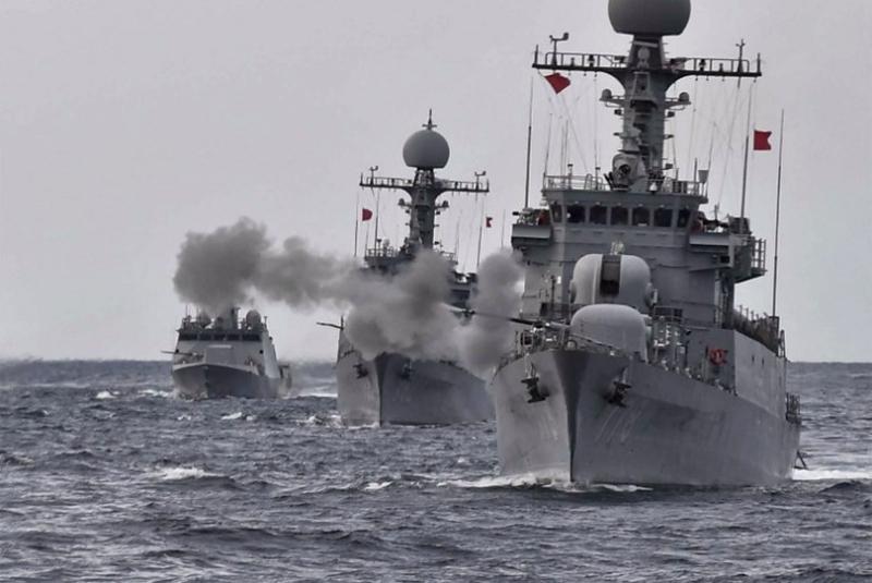 南韓海軍周二在東海軍演,一艘軍艦發射實彈。 (圖:AFP)