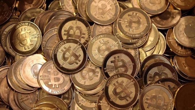 不少大陸比特幣炒家表示,現在正是持幣做空時機。 (圖:AFP)