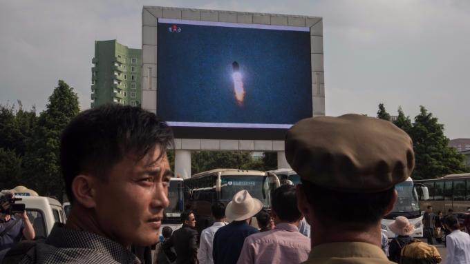 平壤市區電視牆播放北韓政府試射飛彈畫面。(AFP)