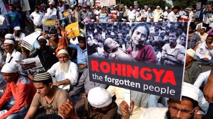 印度示威者13日前往緬甸駐新德里大使館,抗議緬甸對洛興雅穆斯林迫害。 (圖:AFP)