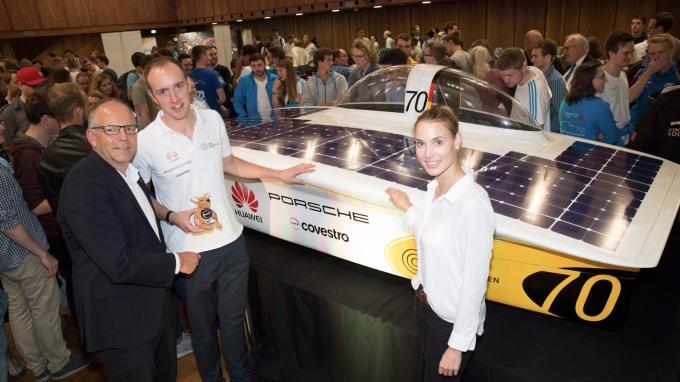 太陽能戰車團隊在亞琛工業大學主教學樓慶祝戰車亮相, 左一為科思創塗料、黏合劑及特殊化學品業務部全球研發負責人Karsten Danielmeier。(圖:科思創提供)