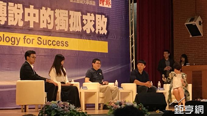 星宇航空創辦人張國煒(左三)在台師大演講。(鉅亨網記者王莞甯攝)
