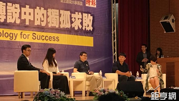 星宇航空創辦人張國煒(左三)到台師大演講。(鉅亨網記者王莞甯攝)