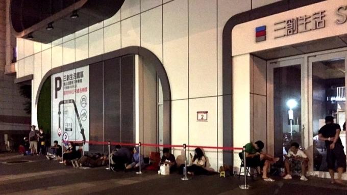 亞太電i8限量預購吸引果粉漏夜排隊。(圖:亞太電提供)