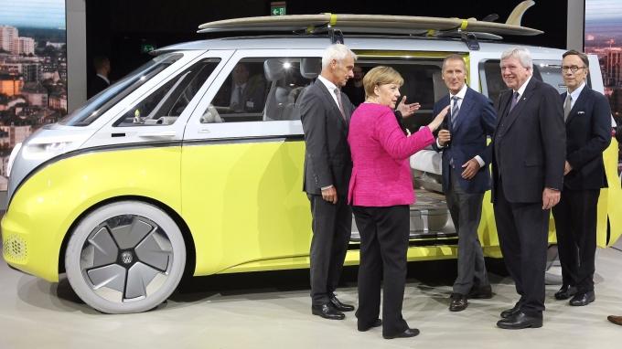梅克爾參加法蘭克福車展(圖:AFP)