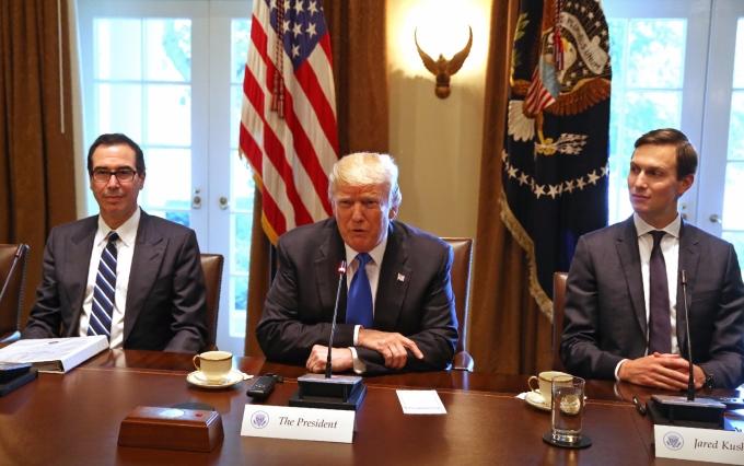 美國財長梅努欽 (左)