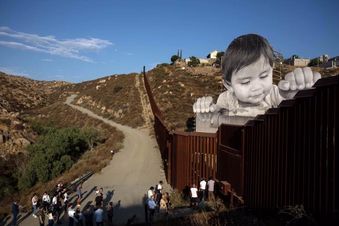 法國藝術家 JR 在美國與墨西哥邊界創造的藝術作品。(AFP)