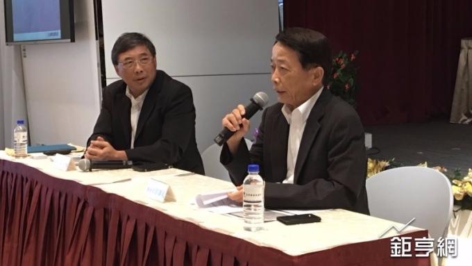 正隆今(15)日舉行法說會,右為正隆總經理蔡東和。(鉅亨網記者林薏茹攝)