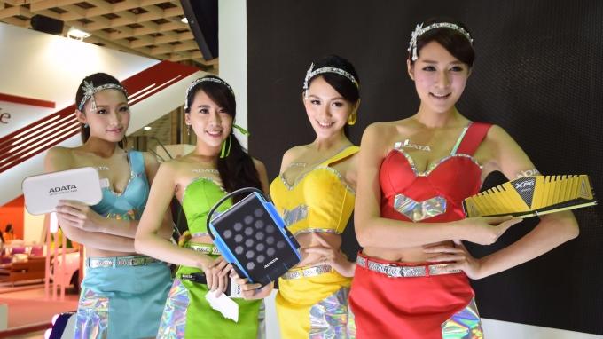 一例一休影響最甚者就是週末工作的勞工,展場的showgirl也是常需假日工作的。(AFP)