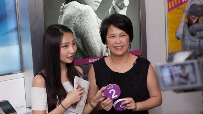 台灣之星i8預購資深副總朱曉幸(右)到門市發放號碼牌。(圖:台灣之星提供)