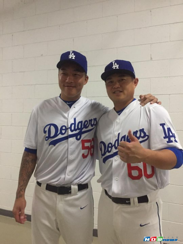 ▲郭泓志(左)、胡金龙(右)穿上道奇球衣。(图/记者张育嘉摄)