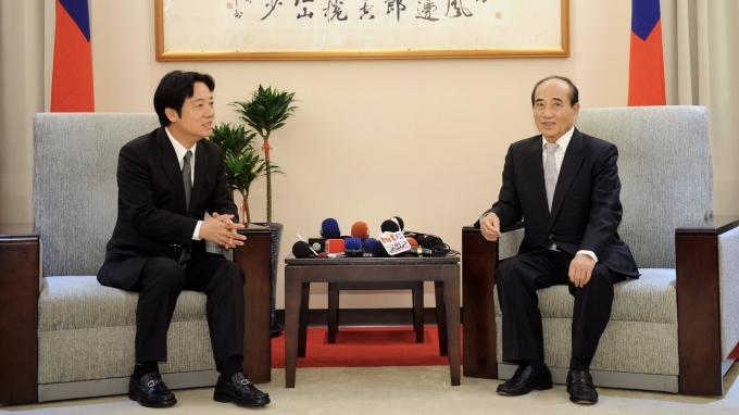 行政院長賴清德(左)今(19)日下午前往拜會前立法院長王金平(右)。(圖:行政院提供)
