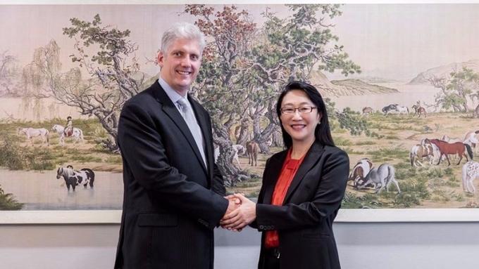 宏達電王雪紅(右)與Google硬體資深副總裁Rick Osterloh宣布簽訂合作協議。(圖:宏達電提供)