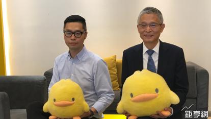 東凌-KY總經理許復進(右)和副總經理許永融說明公司發展狀況。(鉅亨網記者王莞甯攝)