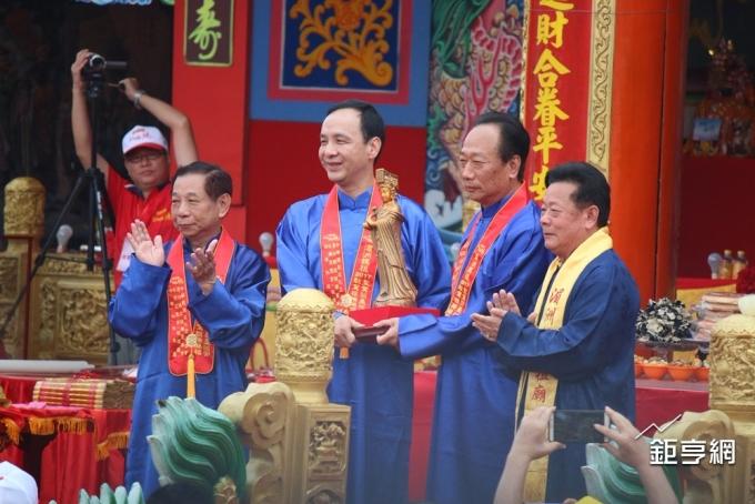 鴻海董事長郭台銘(右二)贈新北市銅製媽祖像,左二為新北市長朱立倫。(鉅亨網記者李宜儒攝)