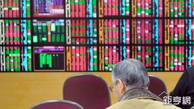 ▲投信業者表示,台股短線上指數已經跌破周線、月線與季線,預計仍維持在高檔震盪。