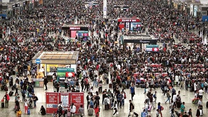 昨天是十一黃金周首日,上海三大火車站估計首天發送旅客共48.5萬人次。 (圖:中新網)