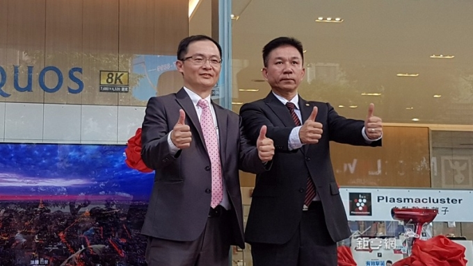 台灣夏普總經理張凱傑(左)震旦電信總經理廖慶章為夏普震旦複合式通路一號店開幕。(鉅亨網記者楊伶雯攝)