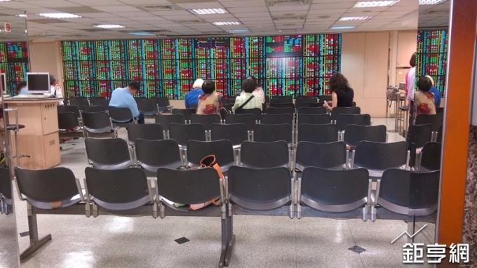 台積電交棒外資押寶聯電 面板雙虎遭棄養 三大法人賣超42億元