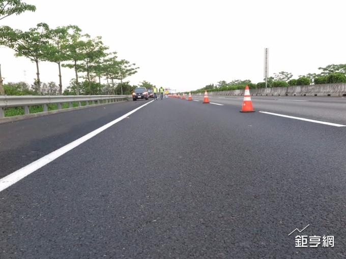 高速公路岡山段鋪設的轉爐石多孔性瀝青混凝土鋪面,具透水、安全、安靜等優良效果。(鉅亨網資料照)