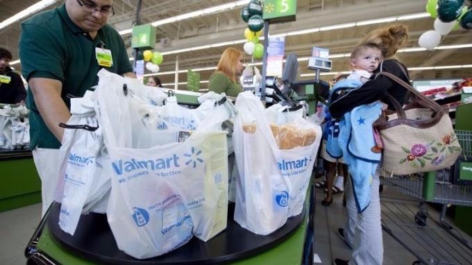 更換塑膠袋並縮短發票,幫助Walmart大省2千7百萬美元。(圖:AFP)