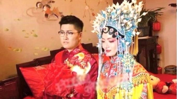 這對富二代新人身穿中式結婚禮服,貴氣十足。 (圖取材自網路)