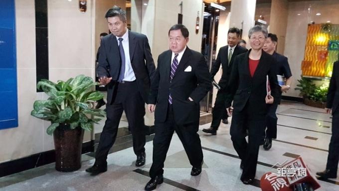 遠傳董事長徐旭東(前中)總經理李彬(前右)前往NCC面談。(鉅亨網記者楊伶雯攝)