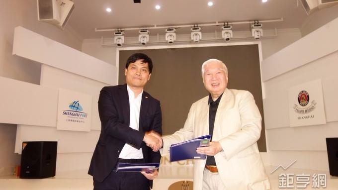 南僑將在北外灘設立寶萊納第5店,由董事長陳飛龍(右)代表簽約。(鉅亨網記者張欽發攝)