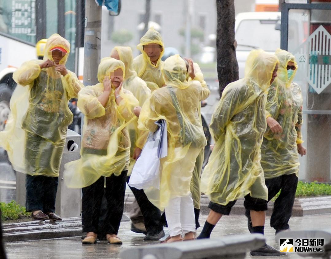 ▲今(14)日受到颱風「卡努」外圍環流影響,各地大雨不停。(圖/NOWnews)