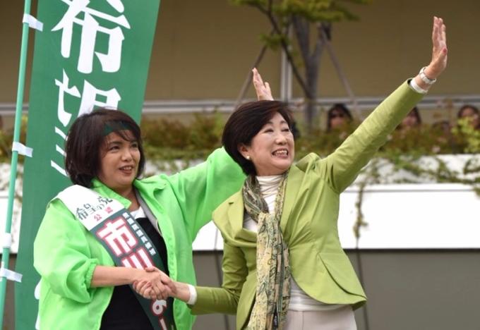 小池百和子為希望之黨國會候選人助選。 (圖:AFP)
