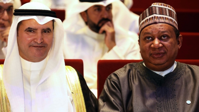 OPEC 秘書長 Mohammed Barkindo(右)與科威特石油部長 ssam Al-Marzooq 。(AFP)