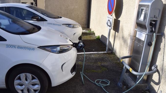 潔淨能源將是中國主推的產業政策,包括電動車、太陽能及風力發電都會受惠。(AFP)