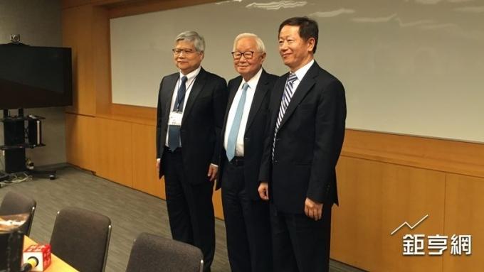 台積電董事長張忠謀(左二)、共同執行長劉德音(左三)與魏哲家(左一)。(鉅亨網資料照)
