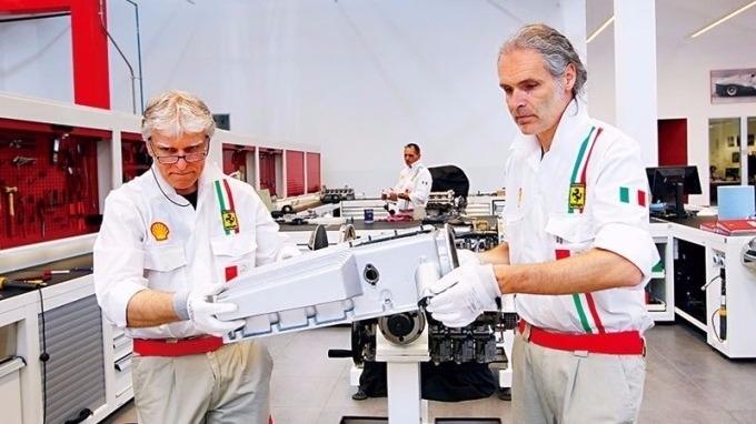 法拉利車廠回聘退休資深技師,留住其維修跑車的豐富經驗,值得借鏡。(攝影者.楊文財)