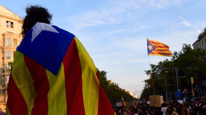 加泰隆尼亞民眾批上象徵獨立的星旗。(AFP)