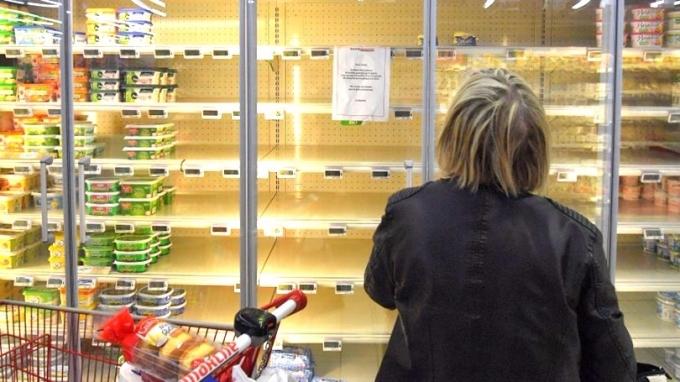 法國西部城市雷澤(Reze)一間超市周三(25日)牛油缺貨,在貨架貼出告示提醒顧客。 (圖:AFP)