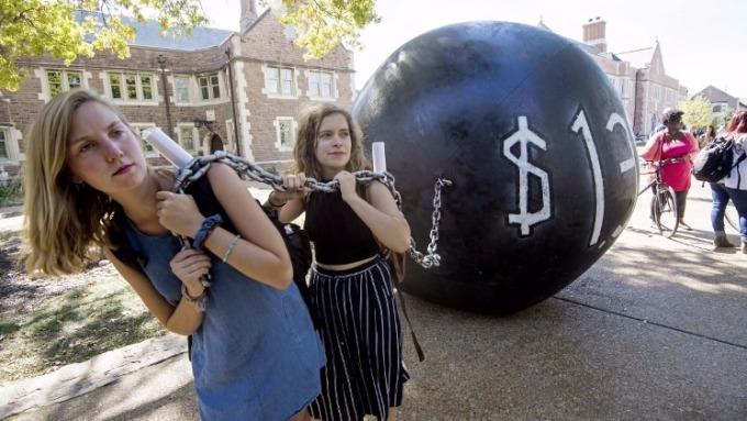 華盛頓大學學生表達學貸壓力(圖:AFP)