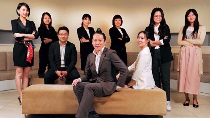 林剛羽(前)和他帶領不過十人的年輕「顧問團」,至今已拿下台、日、美等多國品牌。(攝影者.程思迪)