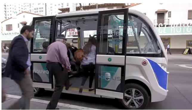 8人座的無人駕駛巴士。(Youtube網站截圖)