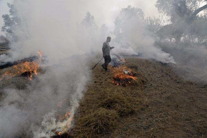 印度空汙的來源之一。(圖:AFP)