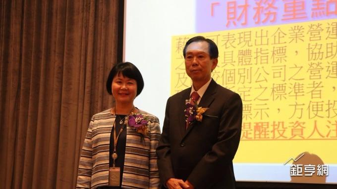 新普董事長宋福祥(右)與櫃買中心總經理蘇郁卿。(鉅亨網記者李宜儒攝)