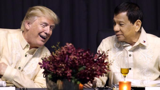 美國總統川普、菲律賓總統杜特蒂於東協成立50周年晚會上談笑風生。(圖:AFP)