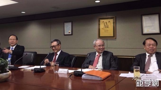 台塑董事長林健男(左一)、南亞董事長吳嘉昭(左二)。(鉅亨網資料照)