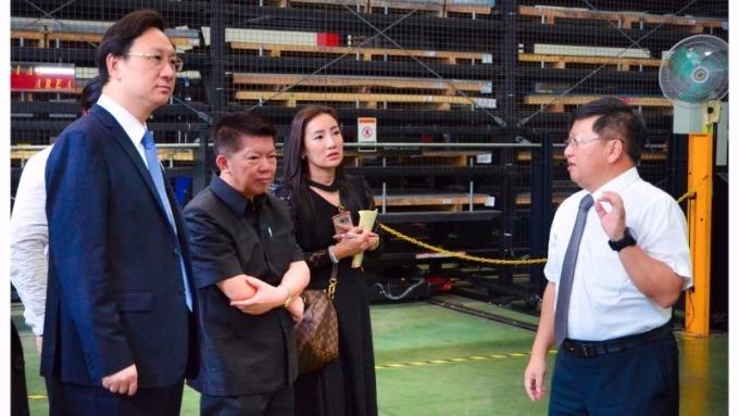 jpp-KY董事長鍾國松(右)向泰國財政部副部長(左2)介紹經寶4.0智慧製造。(圖:jpp-KY提供)