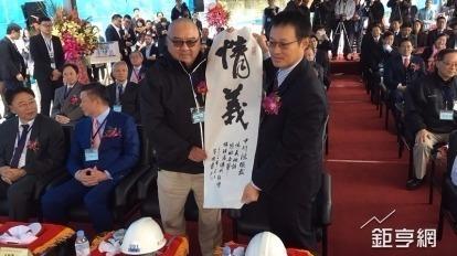 潤泰集團總裁尹衍樑(左)。(鉅亨網資料照)