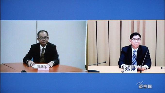群創總經理蕭志弘(左)鴻海發言人邢治平宣布面板交易案。(鉅亨網記者李宜儒攝)