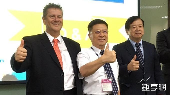 樺漢看好2019年營運可望大成長,圖右為董事長吳惠鋒,右二為總經理朱復銓。(鉅亨網資料照)