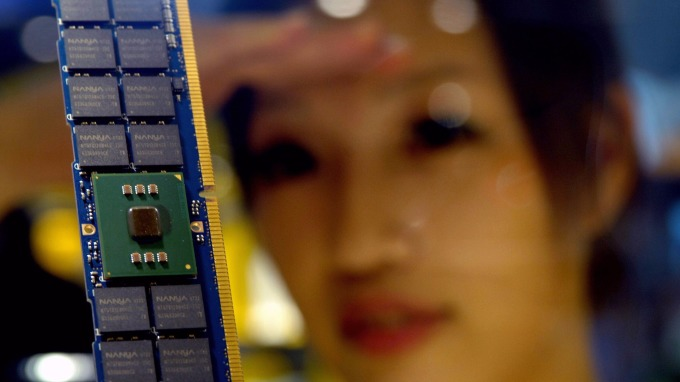 DRAM產能吃緊,價格上揚,相關類股吃香。(AFP)