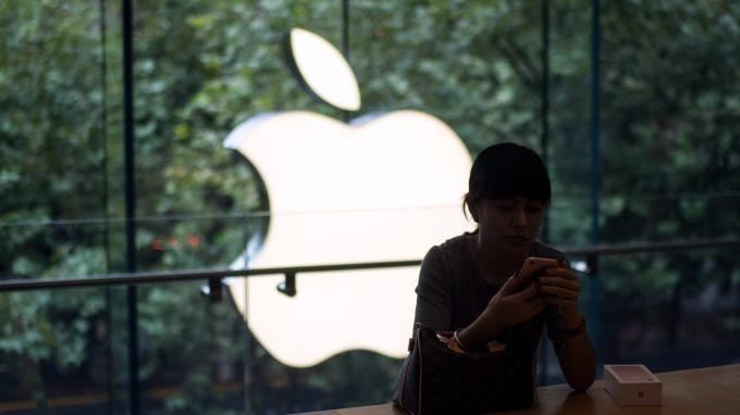 兩大科技巨頭的市值賽跑中,大摩更看好亞馬遜,而GBH Insights卻更看好蘋果。(AFP)