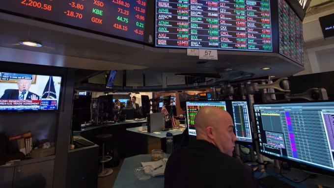 圖:AFP  美國股市中場下跌